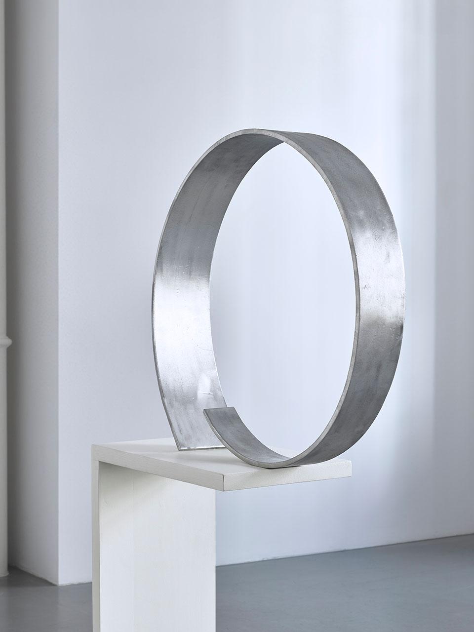 Bez tytułu, 1976, aluminium, 62 x 65 x 14 cm